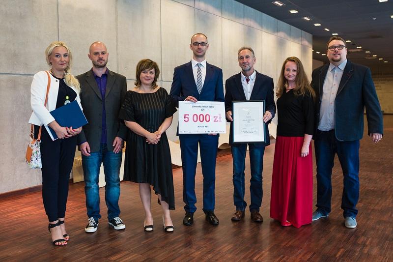 Laureat pierwszego miejsca – Lech Grabowski wraz z Kapitułą Konkursu, fot Czarna Zebra